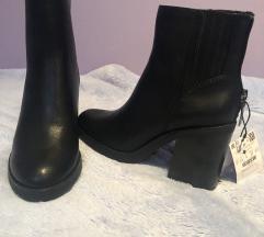 Bershka crne čizme na petu 37 gležnjače