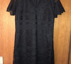 Crna haljina sa bijelom kragnom