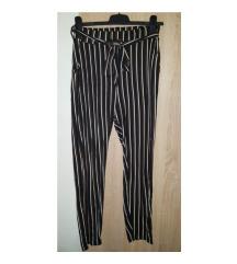Crne hlače sa bijelo-smeđim prugama