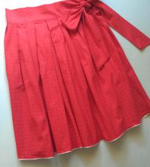 crvena točkasta suknja u polukrug