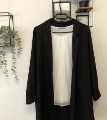 Crni sako i bijela majica