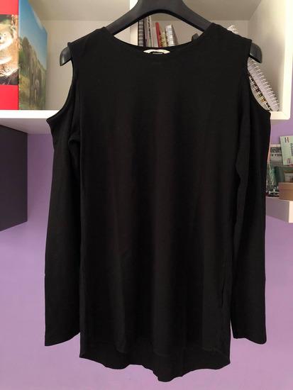 H&M crna majica s otvorenim ramenima