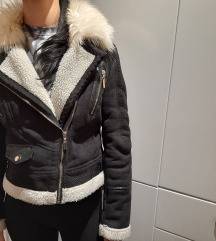 crna kratka jakna s bijelim krznom
