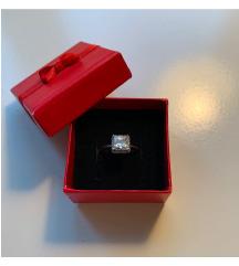 Srebrni prsten s poludragim kamenom