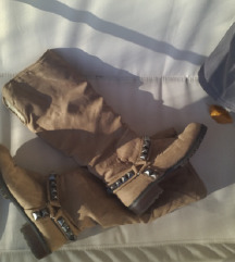 Zara lijepe tople  čizme sa krznom  i zakovicama
