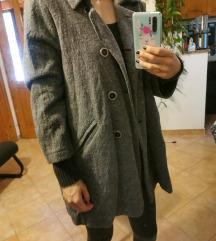 Sivi kaput preko kukova