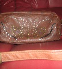 Smeđa torbica sa nitnama
