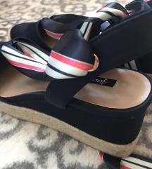 Nove sandale, u cijenu ukljucena pt, sada 90 kn