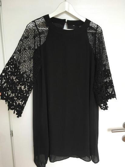 Crna haljina s čipka rukavima