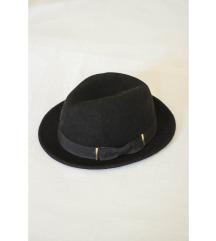 Crni fedora šešir s mašnom