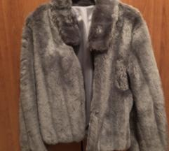 Sivi kratki kaput od umjetnog krzna