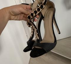Crne sandale sa zlatnim lancem