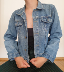 Kratka, croppana jeans jaknica