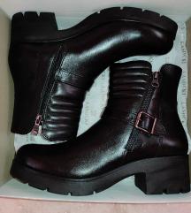 Nove crne kožne čizme