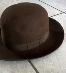 Smeđi šešir