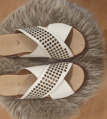 Bijele nove elegantne kožne natikače