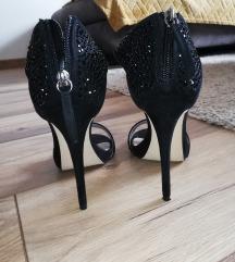 Crne sandale na visoku petu