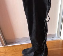Prekrasne crne čizme od brušene kože