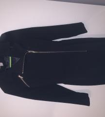 Crni kaout sa pojasom u struku