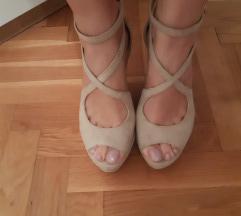 Svijetle sandale na punu petu