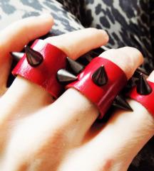 Set crvenog kozhnog prstenja sa bodljama