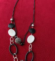 Ogrlica s crnim, srebrenim i bijelim privjescima