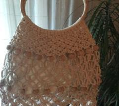Mrežasta pletena torba s drvenim perlicama na rese