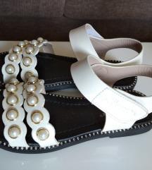 Bijele sandalice s perlama