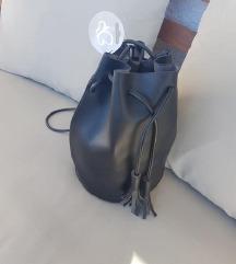 ACCESORIES crna bucket torba S ETIKETOM