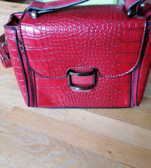 Crvena torbica s krokodilskim uzorkom