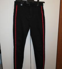 Crne hlače sa crvenim crtama sa starne
