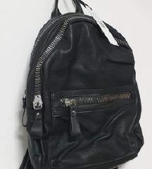 Novi Mass crni ruksak- s etiketom