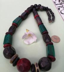 Stara ogrlica sa velikim perlama.