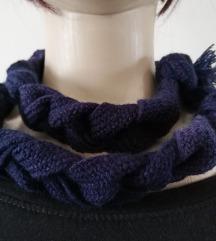Uski tamnoplavi štrikani šal - pleten
