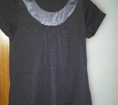 **Tamnosiva majica sa sjajnim materijalom