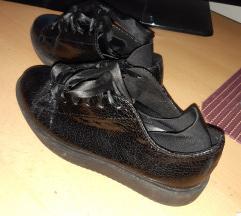 crne cipele tenisice