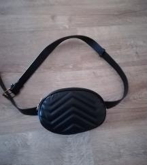 Crna torbica oko struka