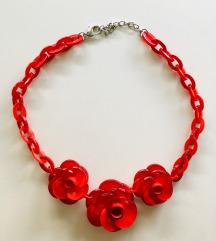 Crvena plastična ogrlica sa tri cvijeta