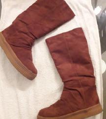 Tople postavljene smeđe čizme do koljena