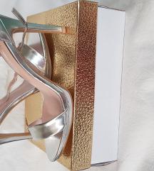 Nove, ne korištene sreberne cipele na petu