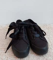 Crne platnene tenisice sa satenskom trakom