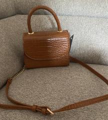 FashionNova torbica sa etiketom