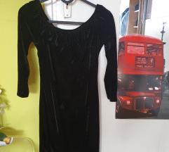 crna plišana haljina golih ramena