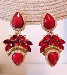 Crvene naušnice sa zlatnim elementima