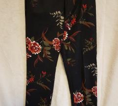 Crne duge hlače s cvjetnim uzorkom