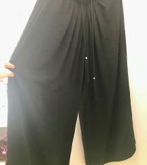 Crne lepršave hlače za toplije vrijeme