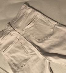 Bijele hlače sa crno-crvenom prugom