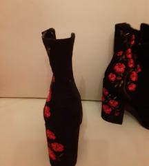 crne čizme sa cvijetićima