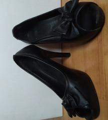 crne cipele otvorenih prstiju