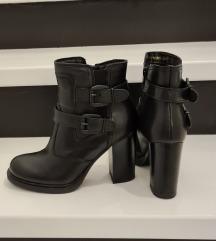 PRILIKA! Nove crne kožne čizme 37